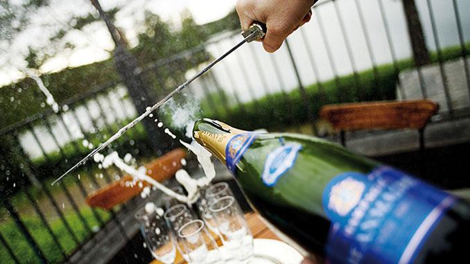 Korka av champagnen med svärd